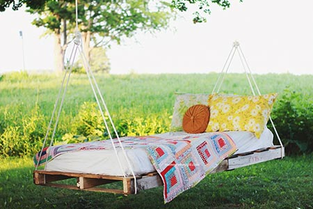 diy-pallet-swing-bed: